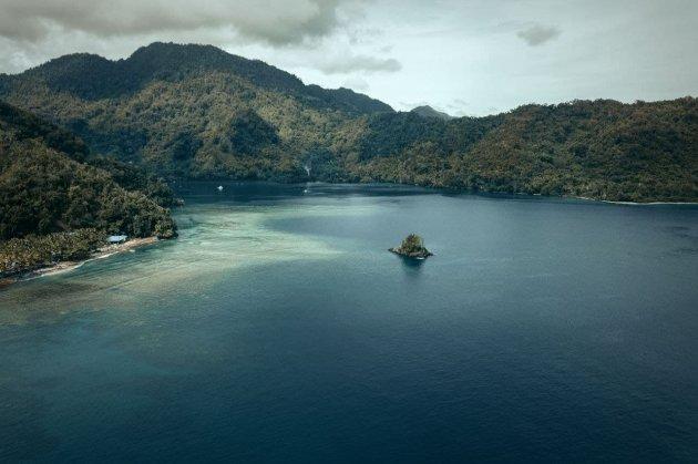 Чоловіки на 29 днів загубилися в морі, п'ючи дощову воду та виловлюючи кокоси