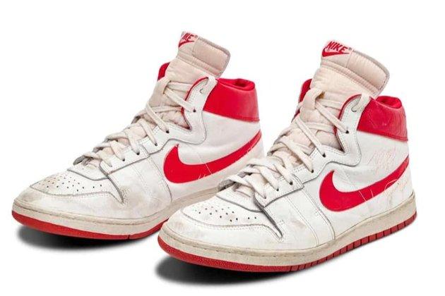 Кроссовки баскетболиста Майкла Джордана с его первых матчей выставят на аукцион