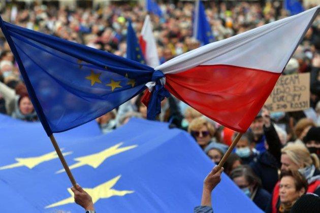 Польщу охопили багатотисячні протести. Поляки бояться виходу країни з Євросоюзу (фото)