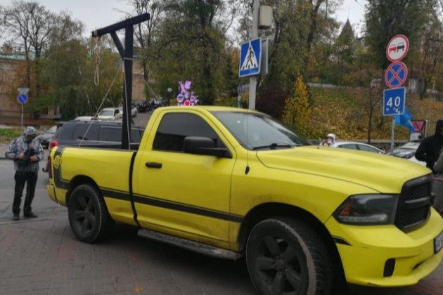 «Вали до Ростова!». Активісти встановили шибеницю біля маєтку очільника КСУ (фото, відео)