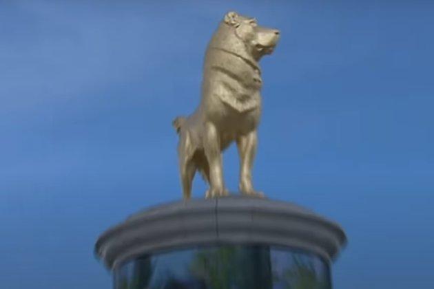 Президент Туркменістана відкрив у Ашхабаді золотий пам'ятник собаці