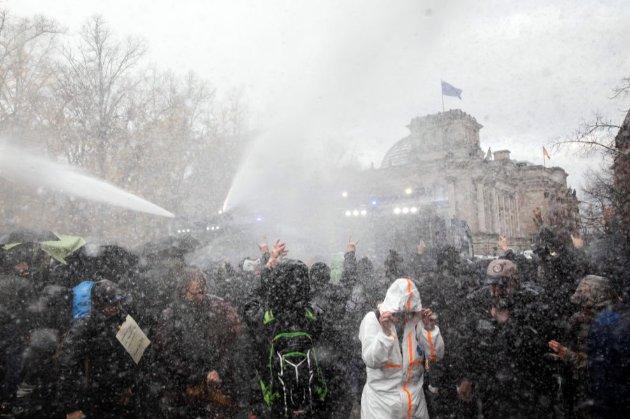 Поліція Берліну застосувала водомети, щоб розігнати демонстрацію проти карантинних обмежень
