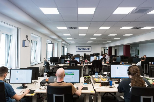 Контент-модератори Facebook звинуватили компанію у змушенні персоналу повертатися до офісів, незважаючи на пандемію