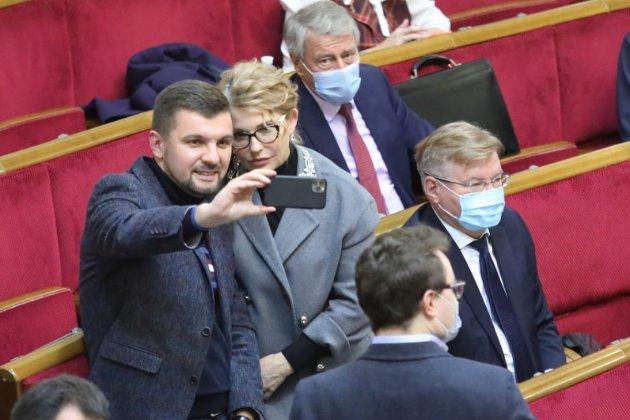 Тимошенко змінила імідж. З нею роблять селфі депутати, а в соцмережах сиплять компліментами (фото)