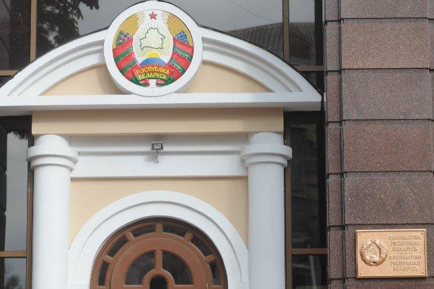 Білорус сім годин простояв на колінах і в кайданах біля посольства РБ в Києві