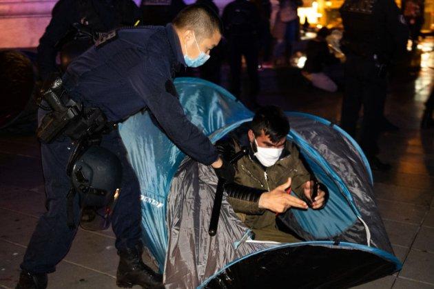 У Парижі поліція розігнала табір біженців. Тепер її критикують за «жорстоке використання сили»