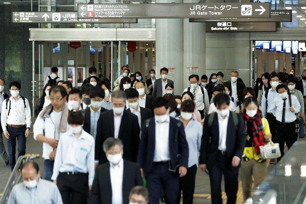 Японія бореться з коронавірусом у розкішному стилі — масками ціною $9600