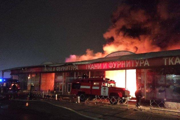Безжальне полум'я. У Харкові на ринку «Барабашово» згорів 21 павільйон