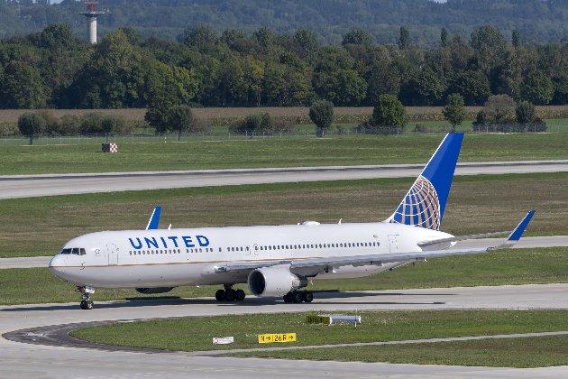 United Airlines почала доставляти вакцину Pfizer на склади США і Європи — ЗМІ