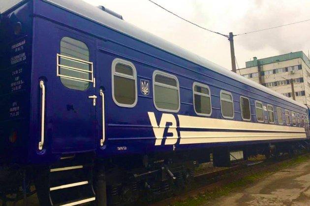 Пофарбувати і... «Укрзалізниця» змінює колір пасажирських вагонів