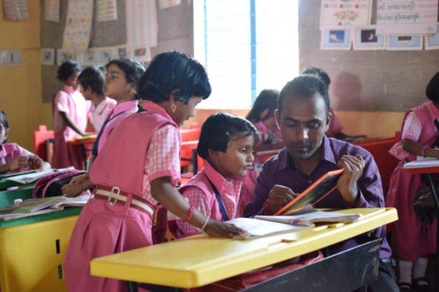 Сільський вчитель з Індії виграв $1 млн премії Global Teacher Prize. Він віддав половину грошей іншим лауреатам