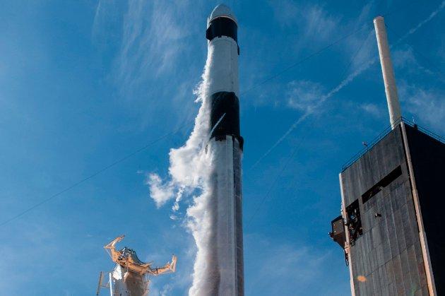 Космічні новини. Проби ґрунту з Місяця вже на шляху до Китаю, SpaceX відправила вантажний корабель Cargo Dragon до МКС