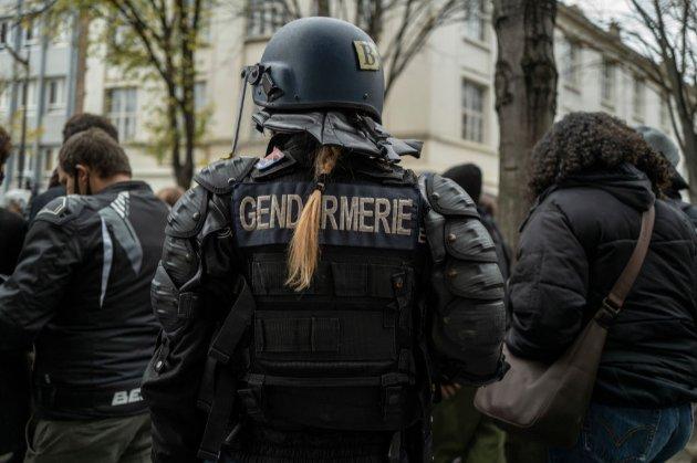 Чоловік із ножами атакував поліцейських у Франції і завдав їм легкі травми