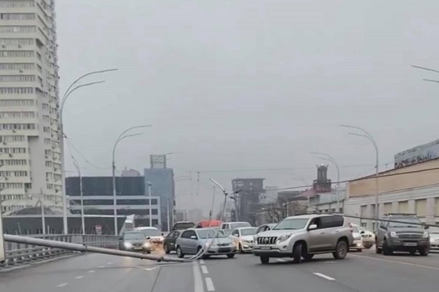 На Шулявському шляхопроводі в Києві впали три нові стовпи освітлення (фото)