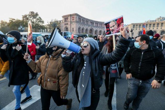В Єревані поминають загиблих. Пройшли антиурядові мітинги, прем'єр-міністру з бійками перешкоджали пройти до пантеону