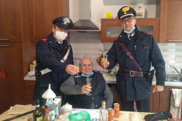«Поруч немає нікого». В Італії самотній пенсіонер викликав поліцейських, щоб відсвяткувати Різдво