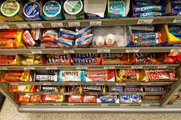 Побороти ожиріння. З кас британських супермаркетів приберуть шоколадки і газовану воду