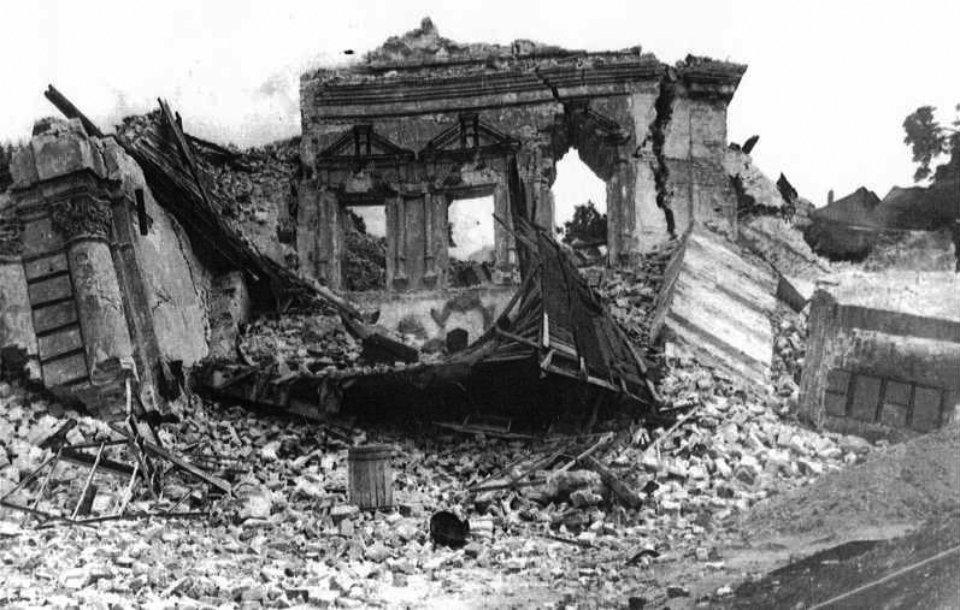 Руїни Михайлівського Золотоверхого собору після підриву 14 серпня 1937 році. На його місці планували побудувати будинок Раднаркому