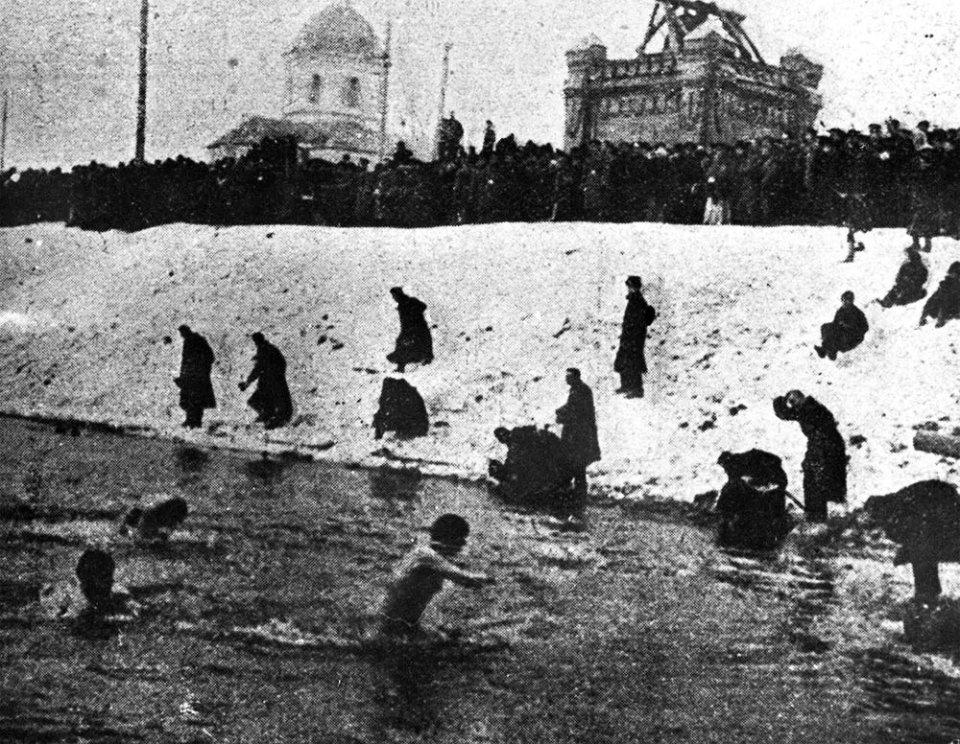 Купання в Києві у Дніпрі на Водохреще, 1910 рік / Газета «Киевская мысль»