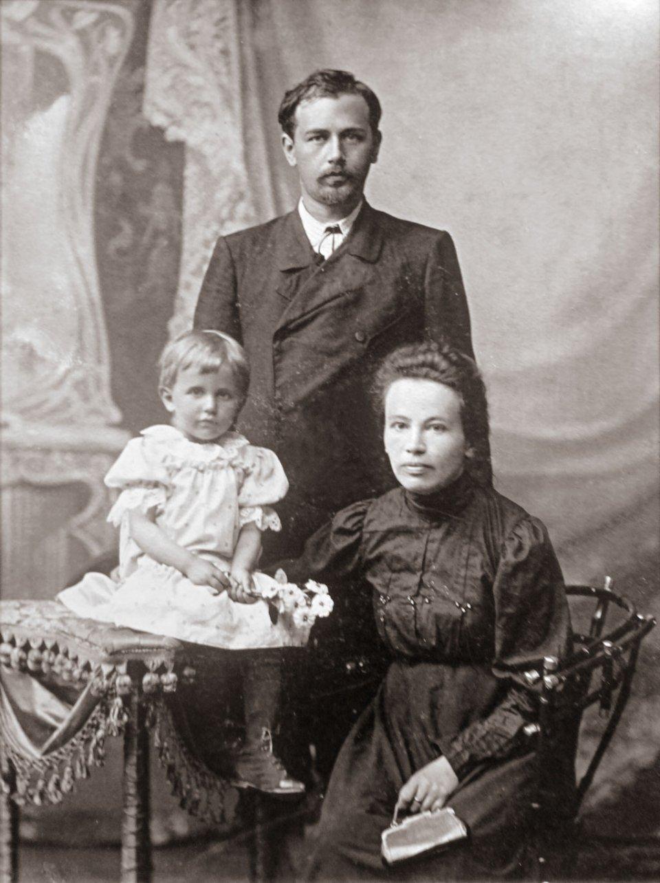 Микола Леонтович з дружиною Клавдієюта донькою Галиною / Вінницький обласний краєзнавчий музей