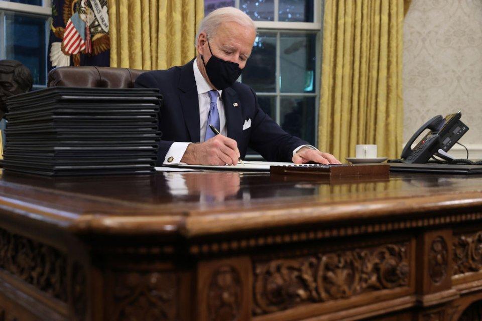 У перші години після складання присяги новий президент США Джо Байден ініціював повернення країни до Паризької кліматичної угоди