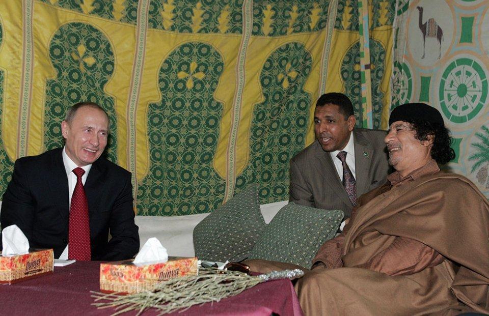 В наметі Каддафі полюбляв зустрічати іноземних гостей, у тому числі і Володимира Путіна в 2008 році / Getty Images