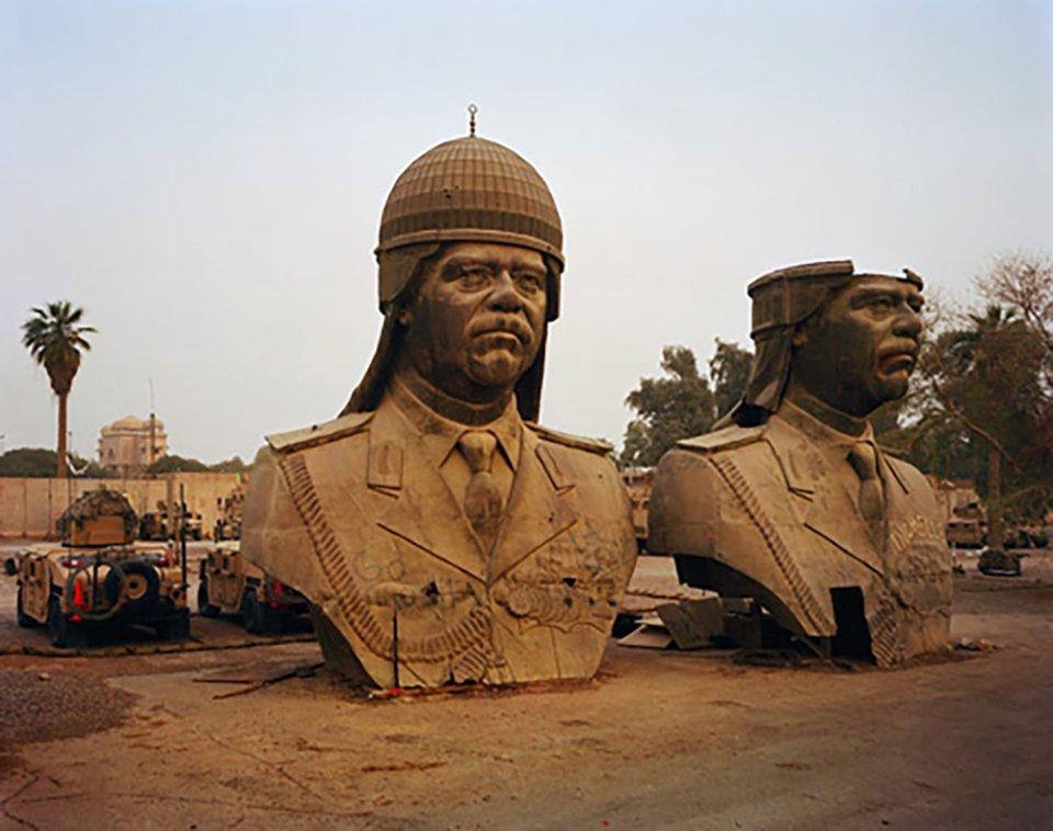 Бюсти Хусейна, зняті з палацу Аль-Салам