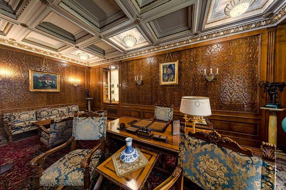 Один з кабінетів «Палацу весни». На стінах — картини на сільську тематику / Getty Images