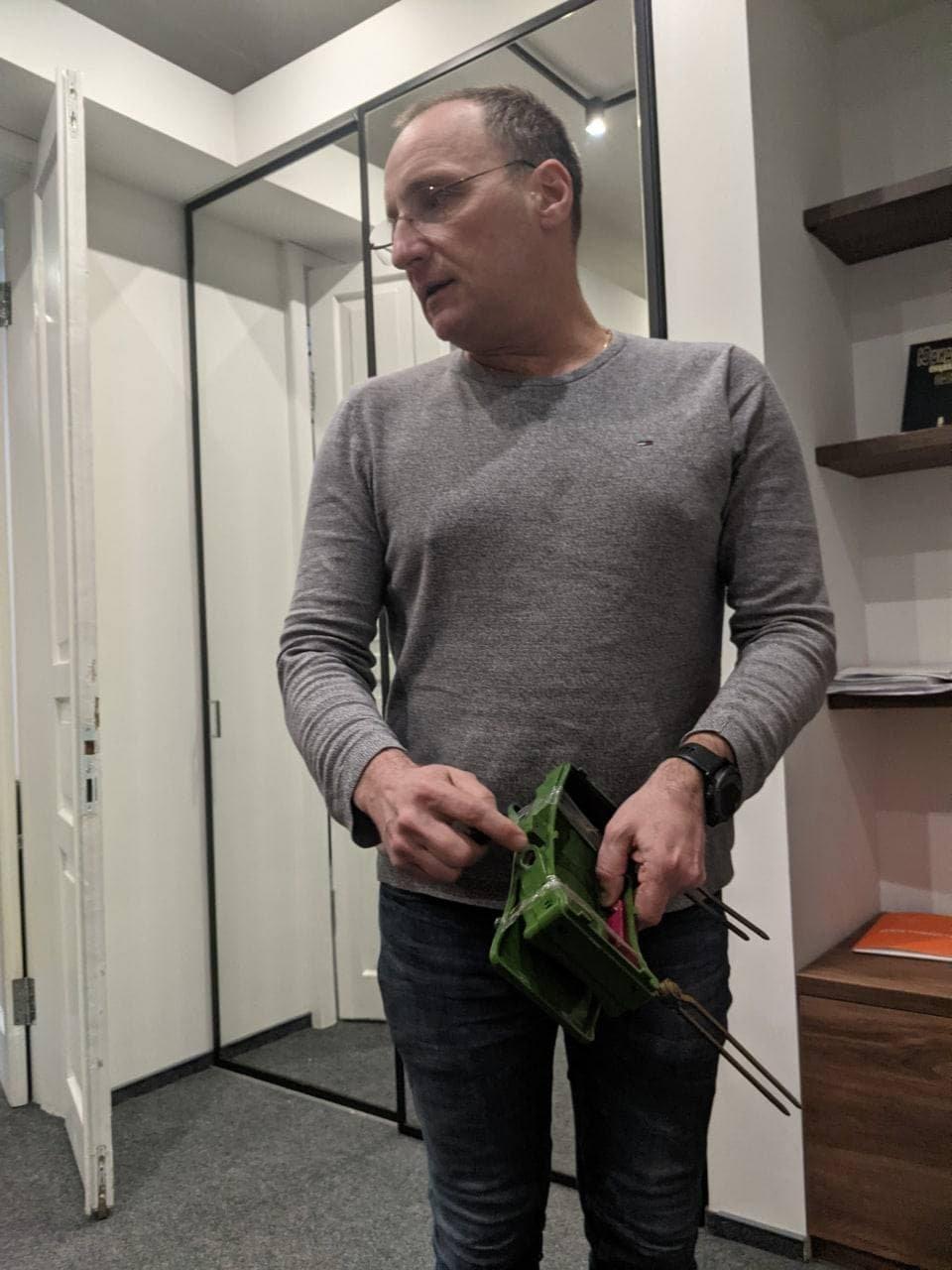 Леонід Маслов демонструє макет міни МОН-50 / Дмитро Рибаков