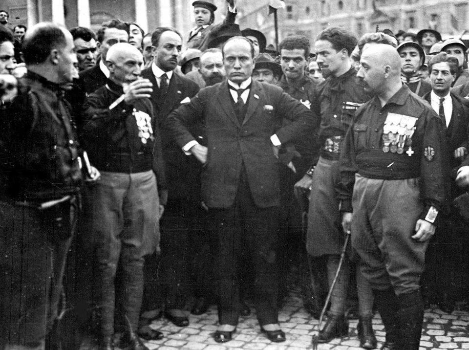 Беніто Муссоліні (в центрі) в оточенні прихильників перед маршем на Рим в 1922 році. Подія завершилась встановленням фашистської диктатури