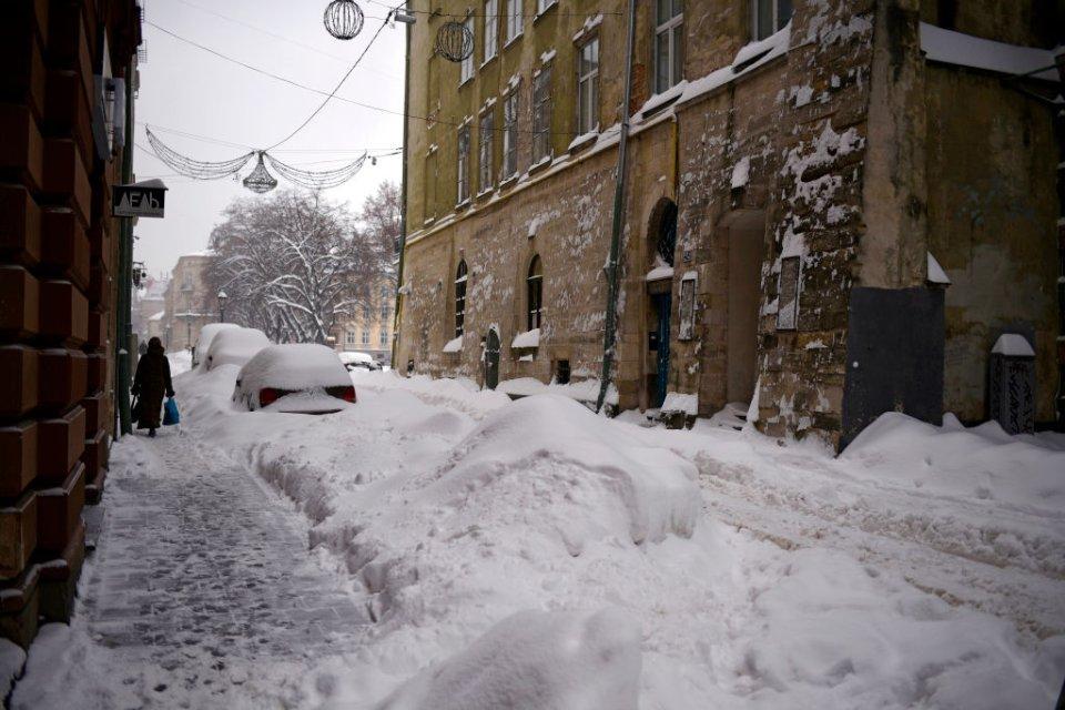 Снігопад — неминуче зниження пропускної здатності доріг / Getty images