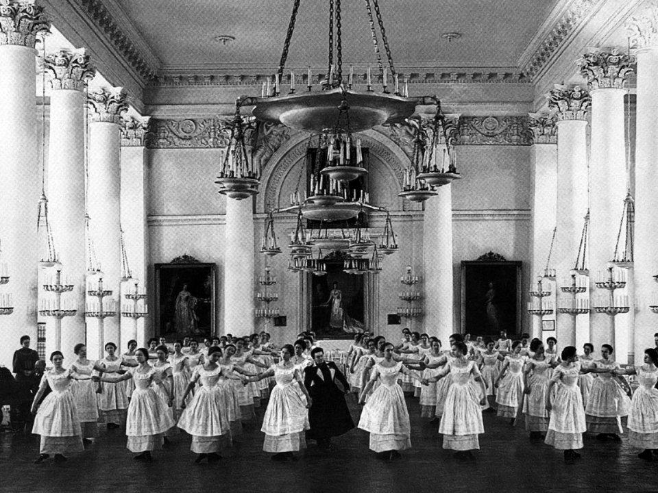 Свій початок жіноча освіта в Російській імперії вела від заснування в 1764 році інституту шляхетних дівчат в Санкт-Петербурзі. Перший аналогічний заклад в Україні відкрили в 1834 році в Києві