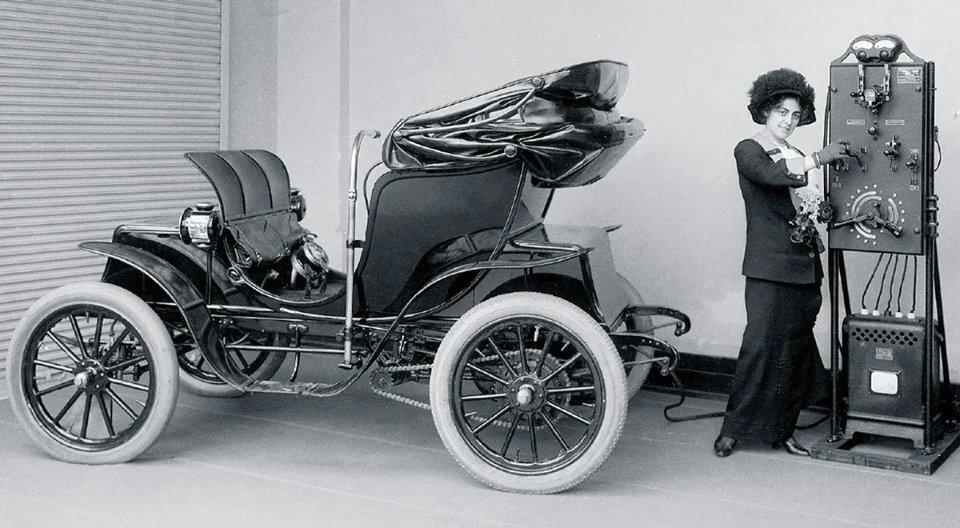 Жінка заряджає електромобіль Columbia Victoria Mark 68