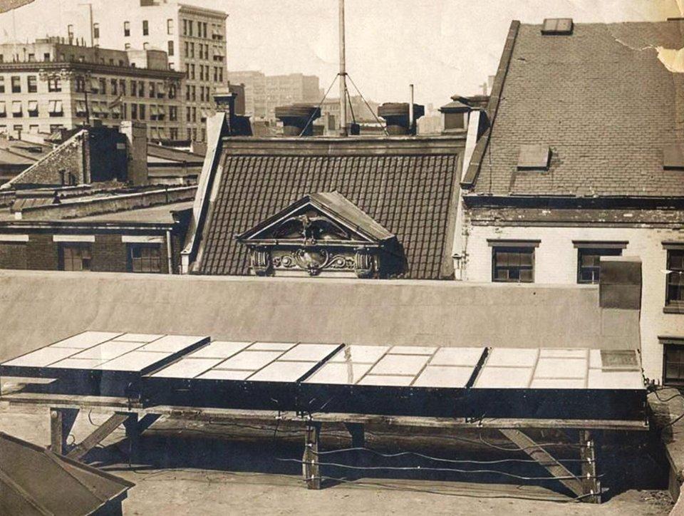 Сонячні панелі Чарльза Фріттса на даху будинку в Нью-Йорку