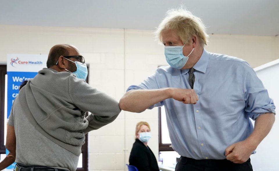 Борис Джонсон, прем'єр Викобританії демонструє ковідне вітання / Getty images