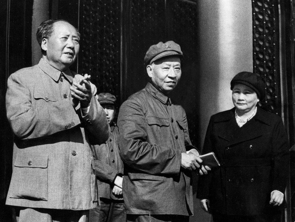 Лю Шаоци (у центрі) поруч з Мао Цзедуном (зліва)  / Getty images