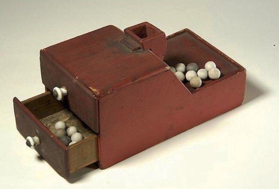 Подібні девайси для голосування отримали популярність в багатьох країнах. На фото — кулі та ящик, яким користувалися в американському історичному товаристві «Асоціація найстаріших жителів округа Колумбія» / відкриті джерела