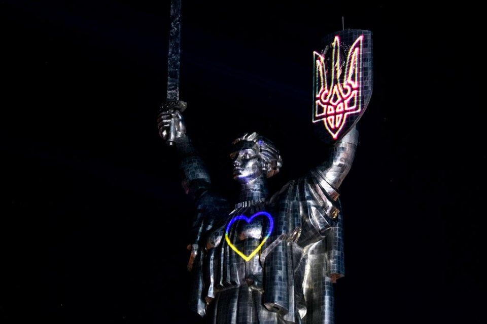 У 2020 році з нагоди Дня прапора на монументі показали лазерне шоу. На щиті з'являється герб, потім на грудях — пульсуюче серце у кольорах державного прапора. Наступний етап — лазер обводить «Батьківщину-матір» по контуру, після чого на неї проєктується вишиванка / Getty Images