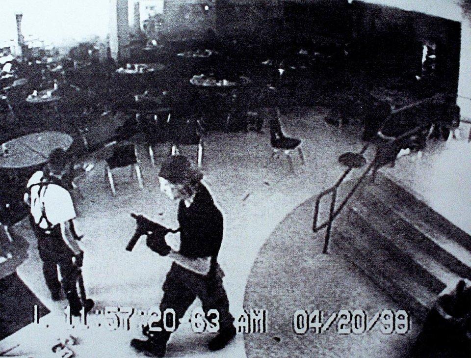 Ерік Гарріс (зліва) та Ділан Кліболд (справа) у шкільній столовій за 10 хвилин до самогубства / Getty Images