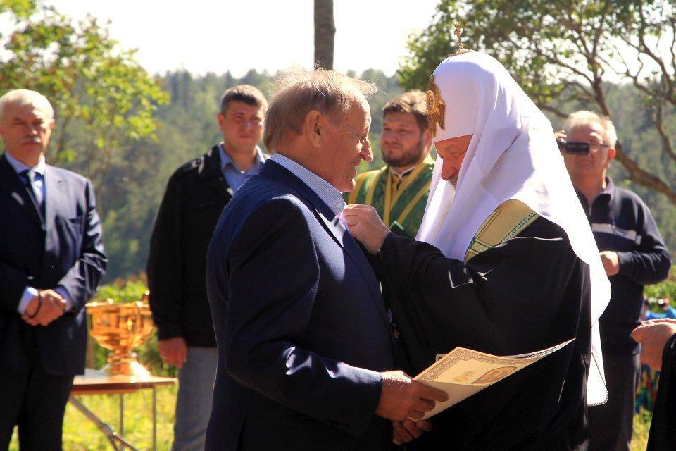 Патріарх Кирил нагороджує Богуслаєва під час поїздки на Валаам. В Україні на той час вже йшла війна з Росією / Getty images