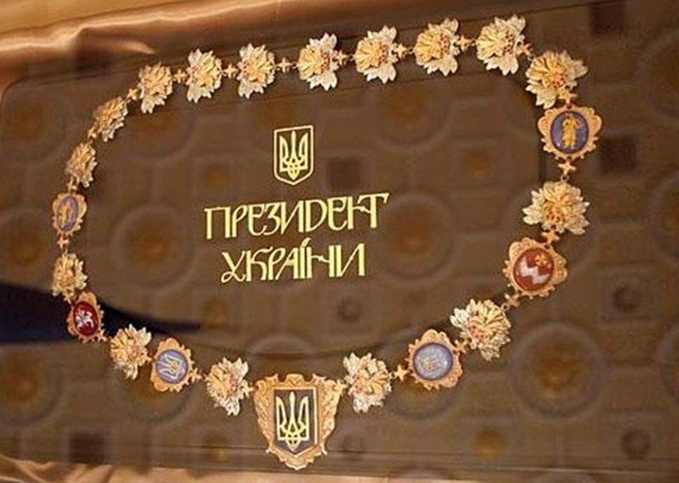 Знак президента крім декоративних ланок із стилізованими зображеннями листя та кетягів калини складається ще з шести емальованих медальйонів та медальйону-підвіски з гербом України