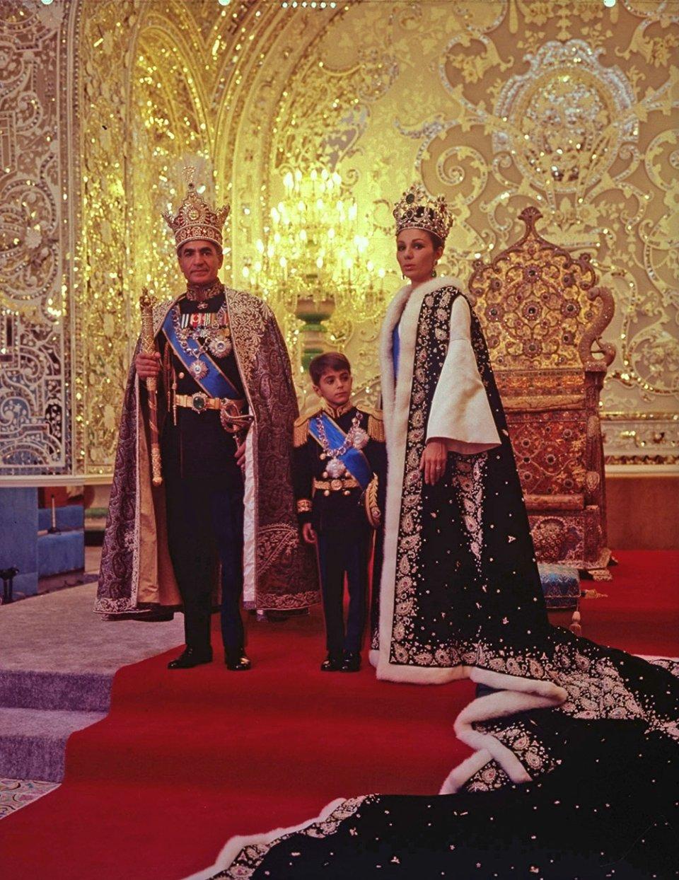 Мохаммед Реза Пахлаві, його дружина Фарах та їхній старший син / GettyImages