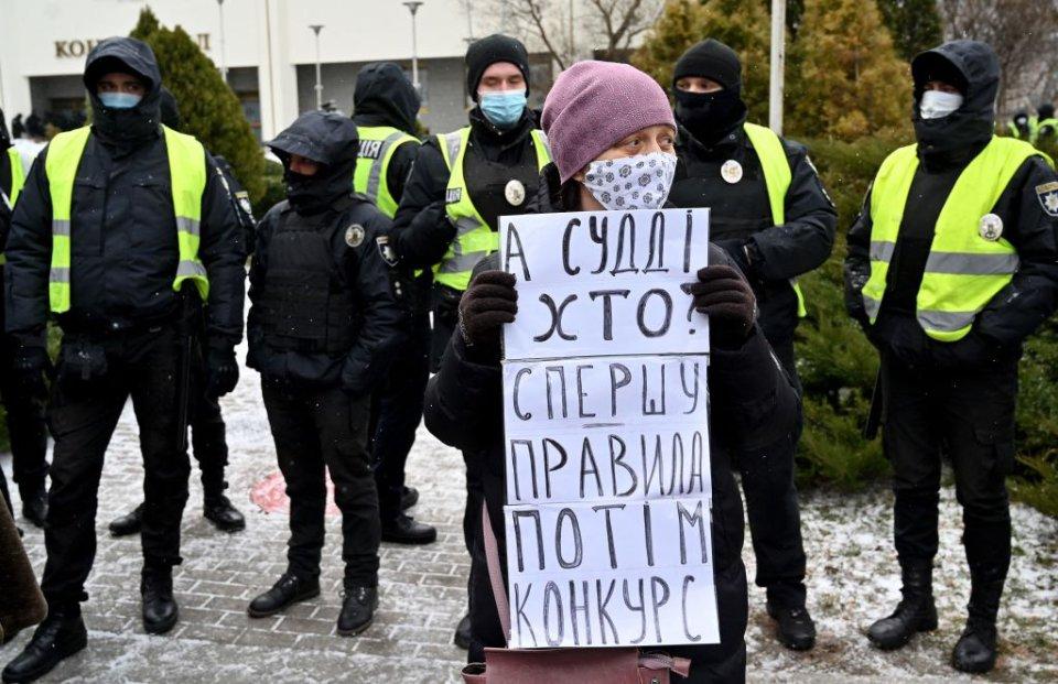 Рішення КСУ, яке обмежувало повноваження антикорупційних органів, викликало маштабні протести / Getty images