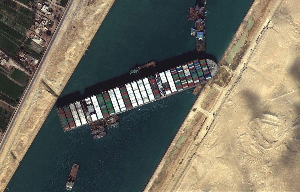 Фахівці не вірять, що вітер міг розвернути корабель поперек каналу