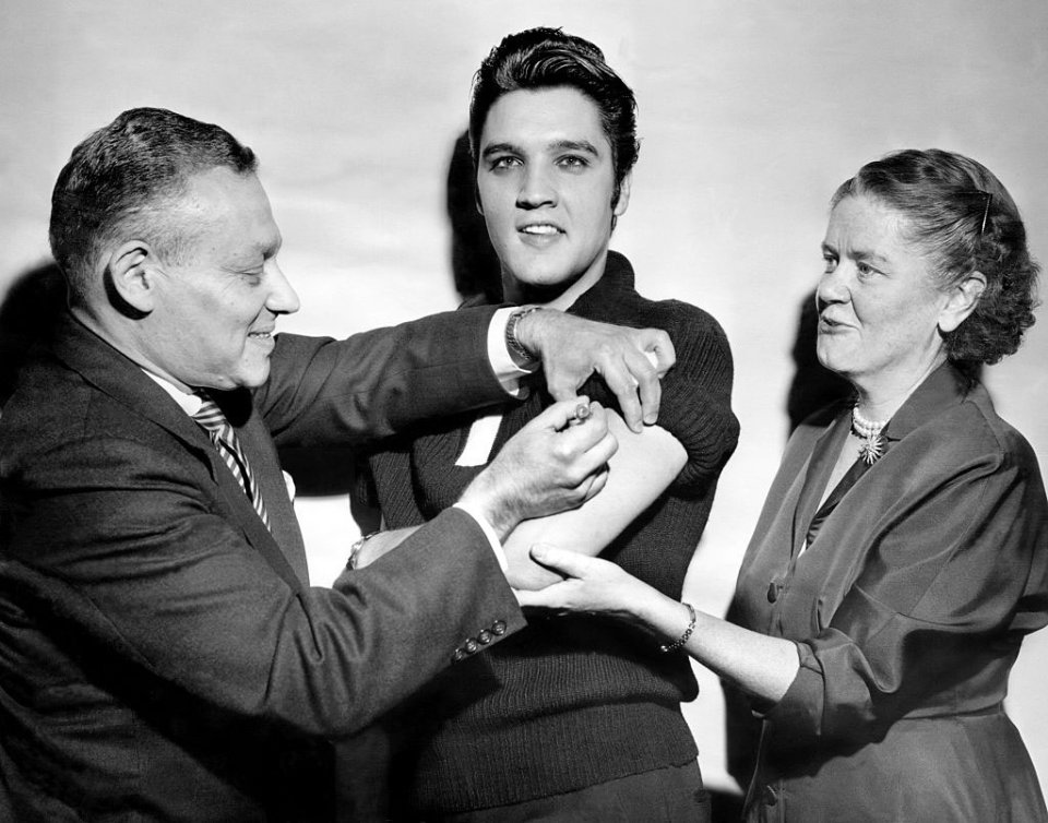 Для реклами вакцин і раніше активно залучали зірок. В 1956 році в студії телеканалу CBS щеплення від поліомієліту зробив Елвіс Преслі / Getty Images