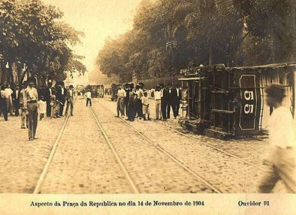 Під час бунту в Ріо-де-Жанейро антивакцинатори громили магазини, палили трамваї, будували барикади та перестрілювалися з поліцією та військовими