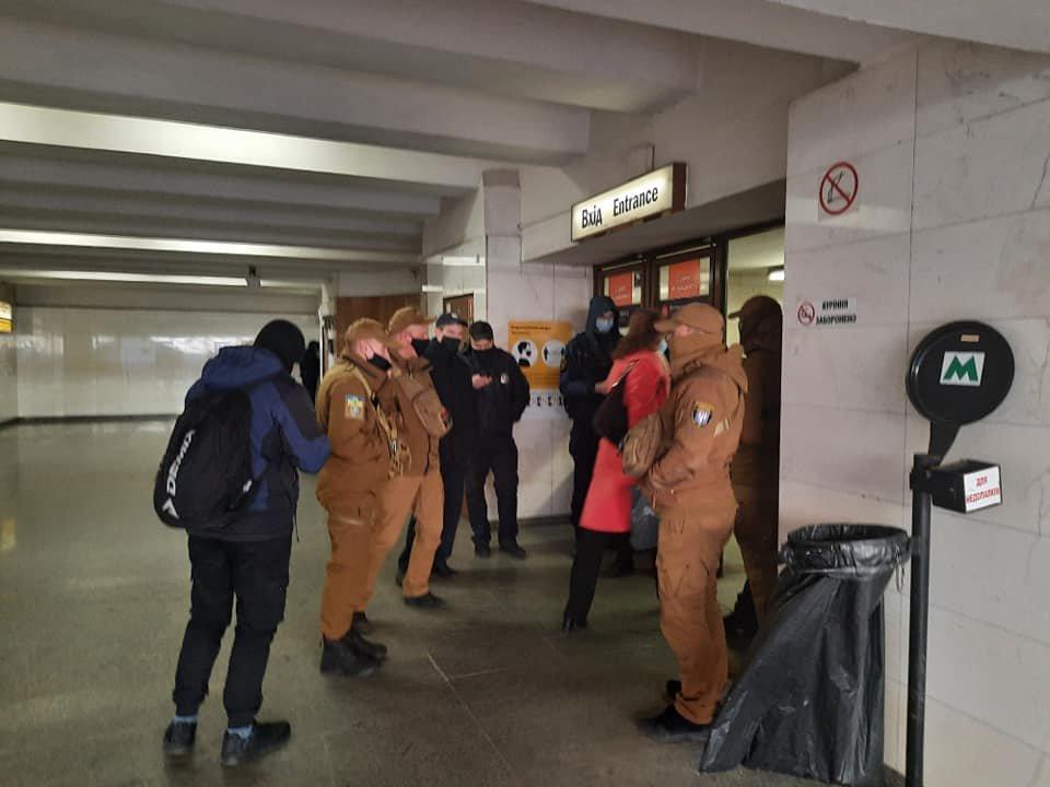 Перевірка на вході у метро «Житомирська» / Наталя Мамчур