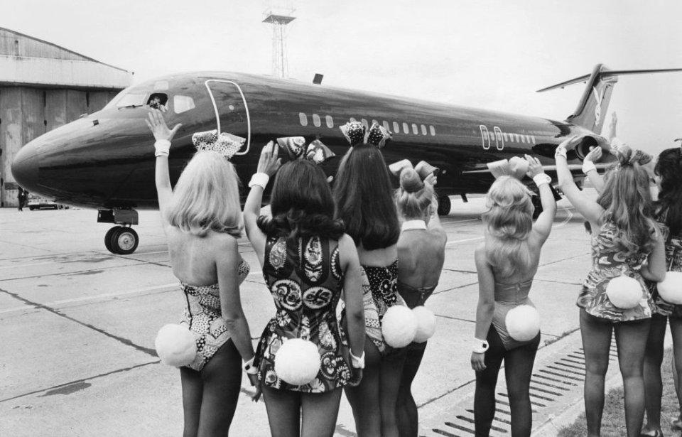 Відрядження Хефнера перетворювалися у справжні шоу. В аеропортах його зустрічали та проводжали десятки Playboy Bunnies / Getty Images