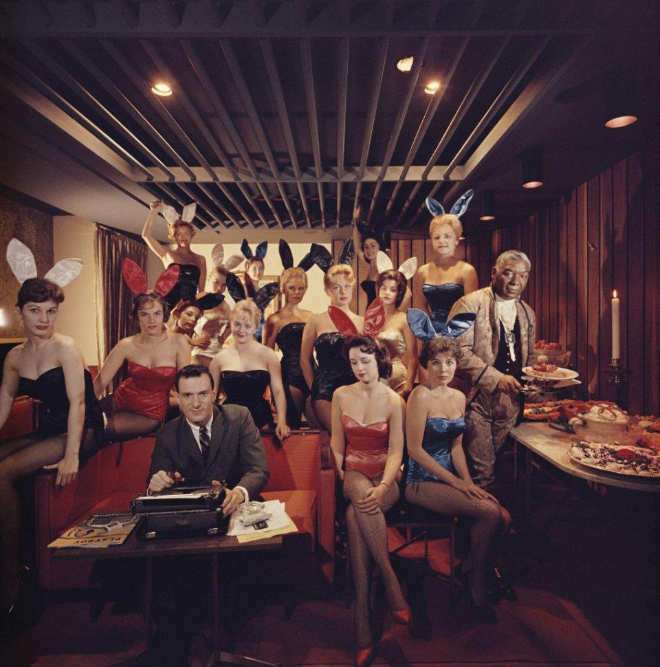 34-річний Хефнер в оточенні «Bunny Girls» в Playboy Club у Чикаго / Getty Images