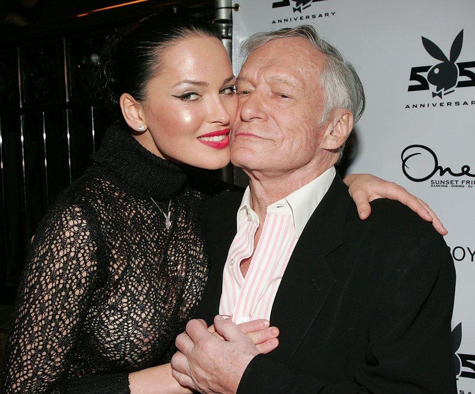 Даша Астаф'єва з Х'ю Хефнером на святкуванні 55-ї річниці журналу в грудні 2008 року / Getty Images